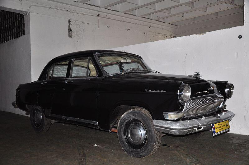 GAZ-rd_generation)_-Volga-_in_Koneser_factory_motor_museum,_Otrębusy