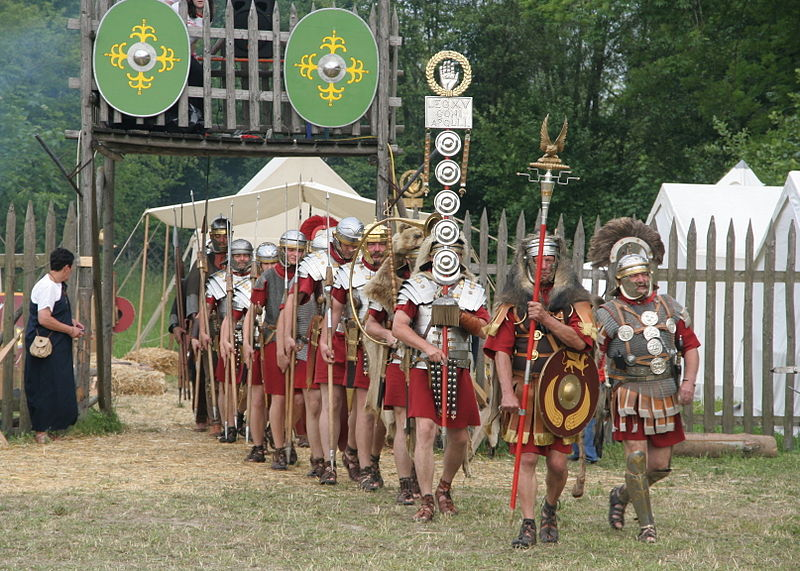800px-Roman_soldiers_with_aquilifer_signifer_centurio_70_aC