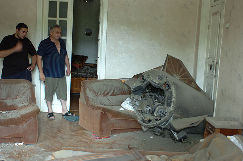 A_Russian_missile_lies_largely_intact_in_a_home_in_Gori