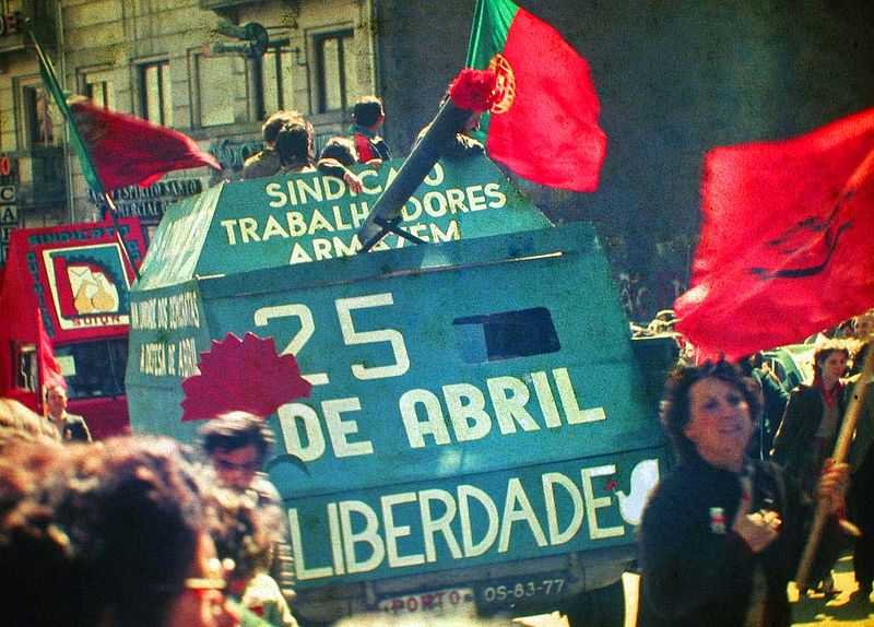 800px-25_Abril_1983_Porto_by_Henrique_Matos_01