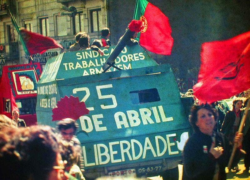800px-25_Abril_1983_Porto_by_Henrique_Matos_01