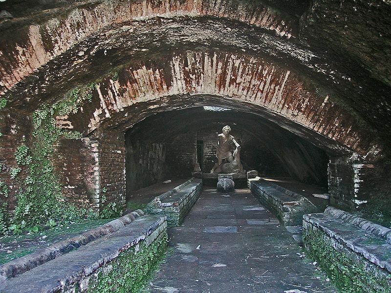 800px-Ostia_Antica_Mithraeum (1)