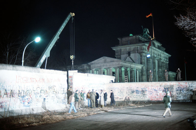 800px-crane_removed_part_of_wall_brandenburg_gate