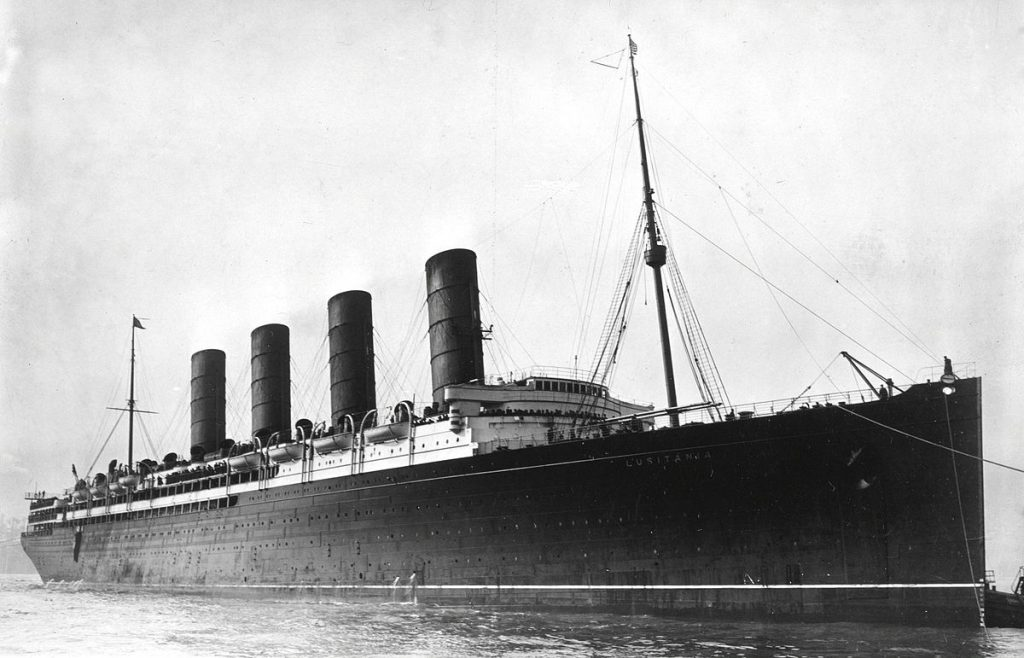 RMS_Lusitania_coming_into_port