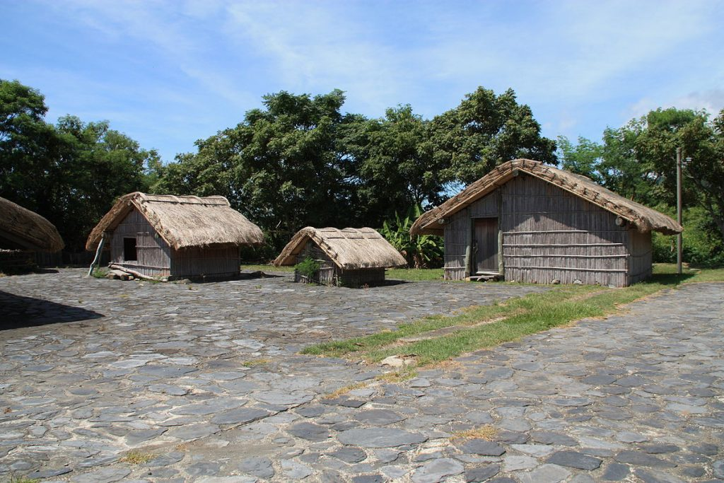 2010_07_14710_5388_Amis_Folk_Center_Roofs_in_Chenggong_Township_Straw_roofs_Cobblestones_Taiwan