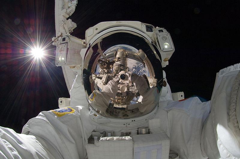 800px-ISS-32_American_EVA_b3_Aki_Hoshide
